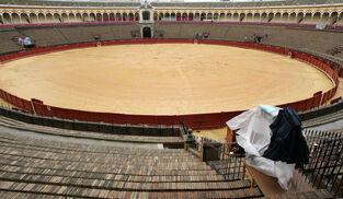 La plaza de toros de la Maestranza vacía.