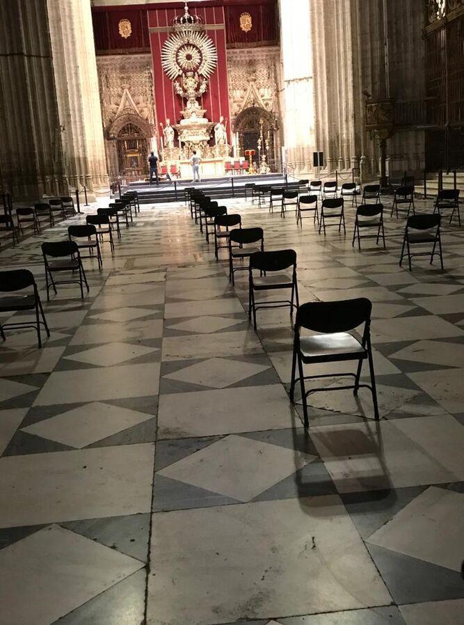 Cinco hileras de sillas suplen a los bancos delante del altar del Jubileo.