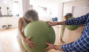 En patient med fibromyalgi som får behandling före förlossningen.