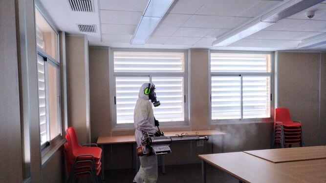 Desinfección de la sala de reuniones de un colegio.