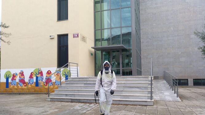 Especialista en desinfección en un colegio de Sevilla.