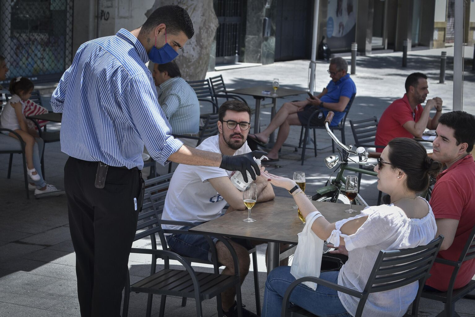 Fuerte división de opiniones entre los lectores sobre la ampliación de los veladores de los bares de Sevilla