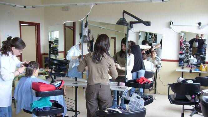 Flera frisörer på jobbet, i en filbild.