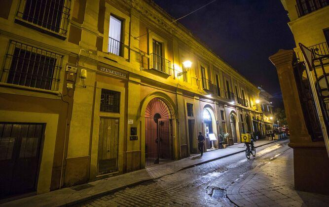 Edificio proyectado por Vermondo Resta junto a la Torre de la Plata.