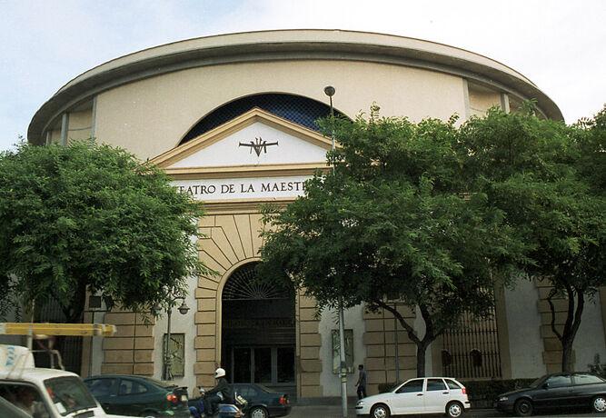 El Teatro de la Maestranza con la fachada de la antigua Maestranza de Artillería.