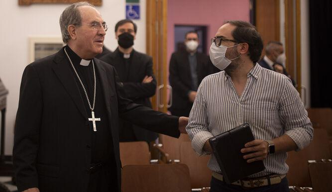 Asenjo conversa con el periodista Juan Parejo