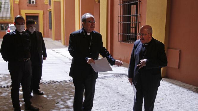 Asenjo, con monseñor Gómez Sierra y otros colaboradores