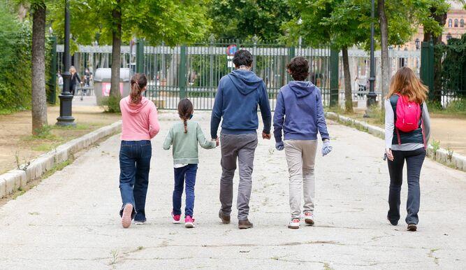 Familia paseando por el Parque de María Luisa.