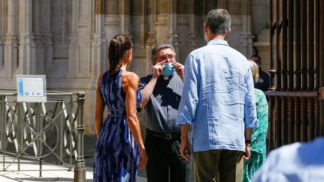 El canónigo Luis Rueda cumplimenta a los Reyes en la Puerta del Príncipe de la Catedral