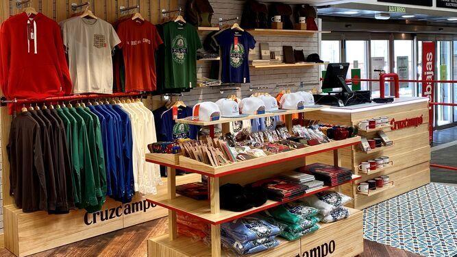 Cruzcampo lanza una colección de ropa y complementos y abre tienda en El Corte Inglés