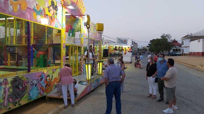 El alcalde de Carmona visita la zona en la que se ha permitido la instalación de varios puestos y atracciones infantiles.