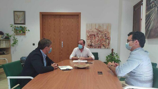 El alcalde de Castiblanco, José Manuel Carballar, con el responsable territorial de Iberdrola en Andalucía, Luis Martín, y del proyecto, Rufino Mohedas, el pasado lunes.