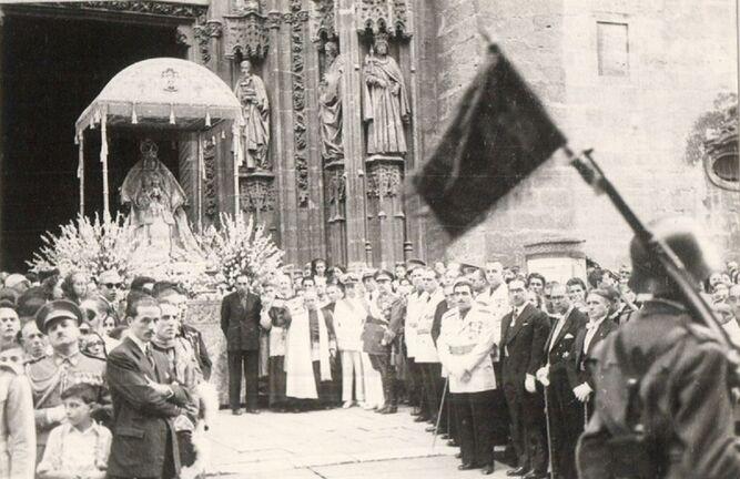 La Virgen de los Reyes antes de entrar en la Catedral.