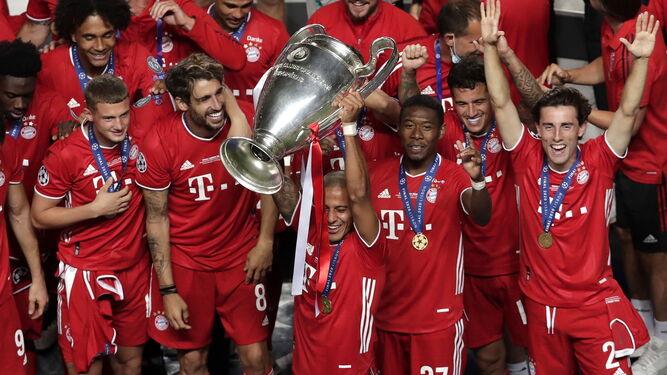 Thiago Alcántara levanta la Champions tras la victoria del Bayern en la final frente al PSG.