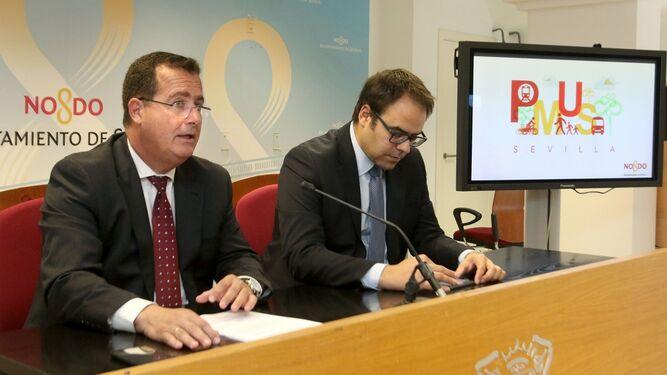 El delegado Juan Carlos Cabrera y su director de Movilidad José Santiago Lorenzo.