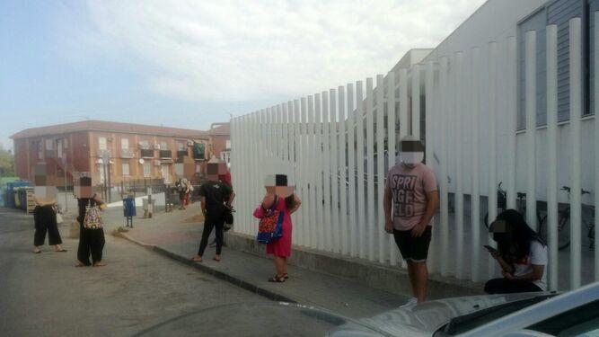 Colas a las puertas del centro de salud de La Algaba.