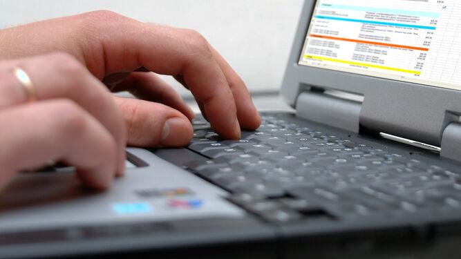 La Ley diferencia entre teletrabajar (medios informáticos) y trabajar a distancia.