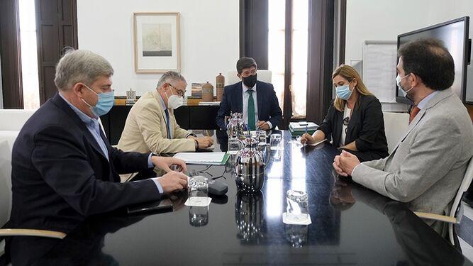Reunión de las agencias de viajes con Juan Marín y los responsables de Turismo.