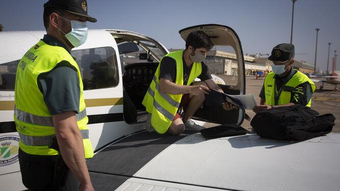 Guardias del equipo Pegaso, con una aeronave en San Pablo.