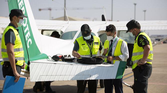 Inspección de una aeronave de una escuela de vuelo en el aeropuerto de San Pablo.