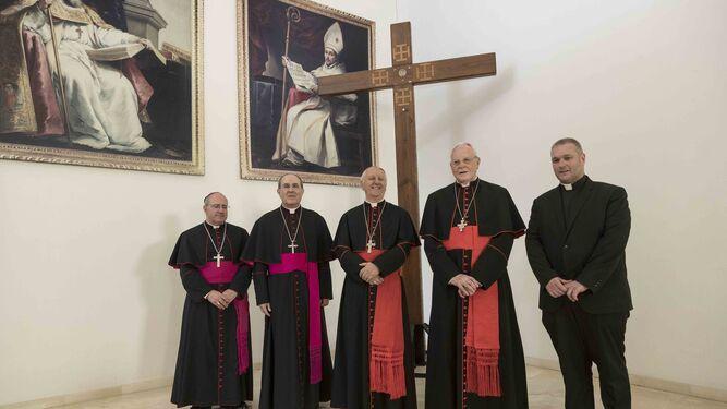 El cardenal Versaldi. en el centro, junto a monseñor Gómez Sierra, monseñor Asenjo, y monseñor Amigo, durante la inauguración de la nueva facultad de Teología de Sevilla.