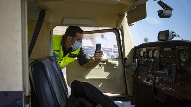 Un guardia civil fotografía el interior de una cabina.