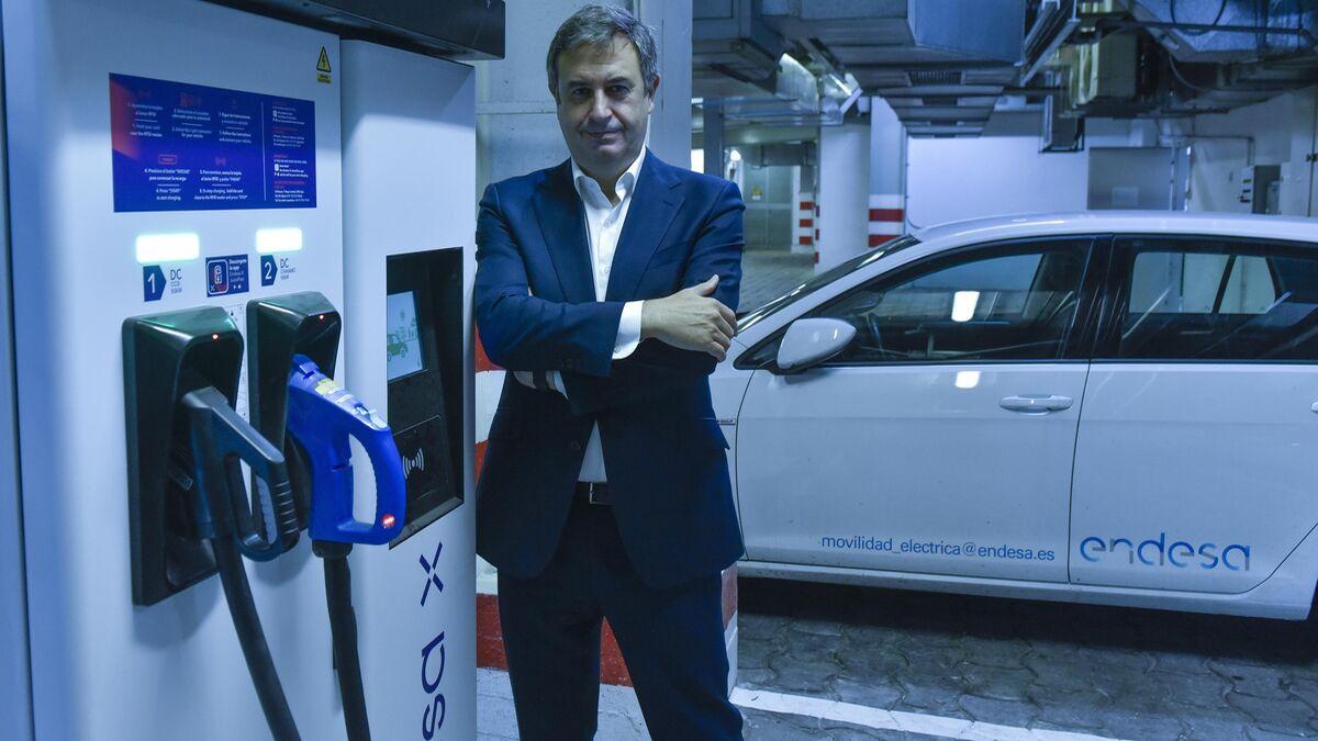 Rafael Sánchez Durán posa junto a un cargador y un vehículo eléctrico de Endesa.