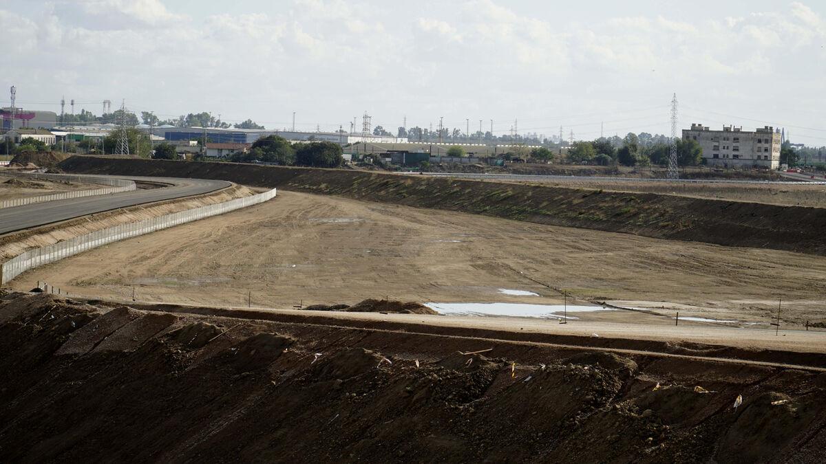 Salida del desvío de la SE-30 a la glorieta de la Zona de Actividades Logísticas (ZAL) del Puerto. Al fondo de la imagen, las cocheras de caballos municipales. A la derecha la mota de tierra contra inundaciones.