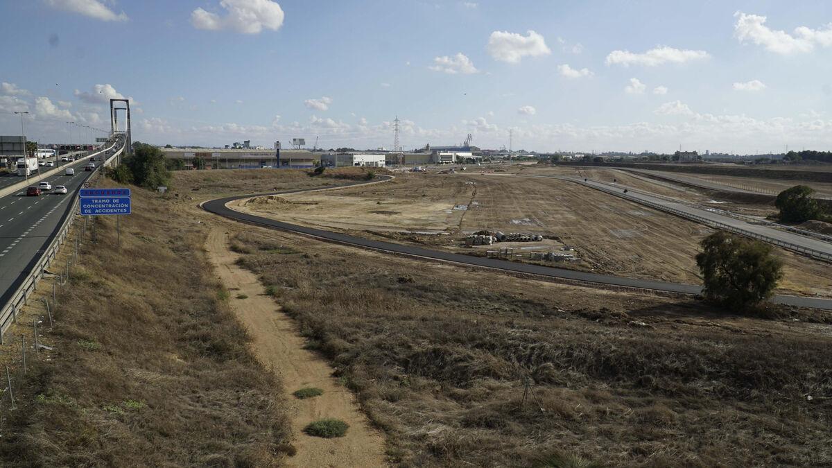 Vista del Centenario y, a la derecha, el vial por donde entrarán los coches de caballos desde la carretera de la esclusa.