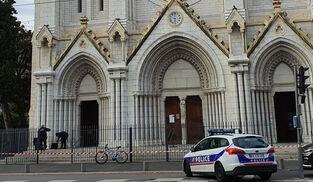Agentes de la policía francesa, frente a la basílica de Notre-Dame de Francia, donde ha ocurrido un atentado terrorista con arma blanca.