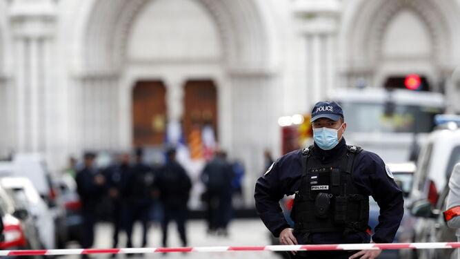 La policía custodia la catedral de Niza