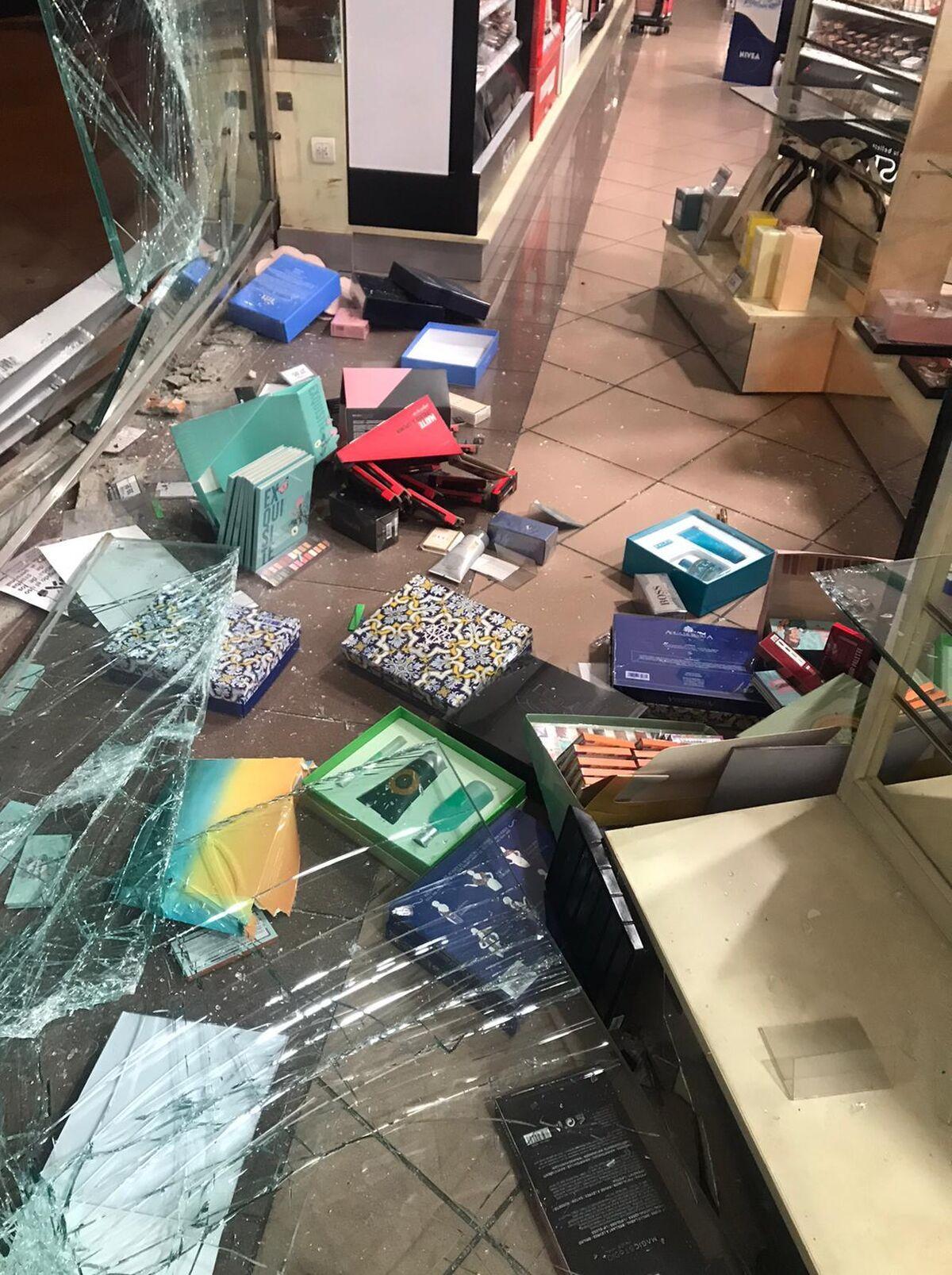 Productos tirados por el suelo en el interior de la tienda.