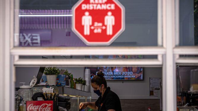 Una mujer trabaja en un local de comida para llevar.