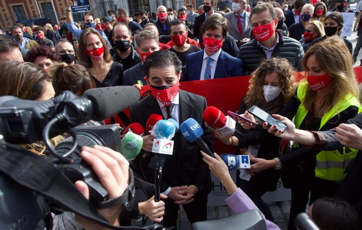 Antonio Luque, presidente de los hosteleros, atiende a la prensa.