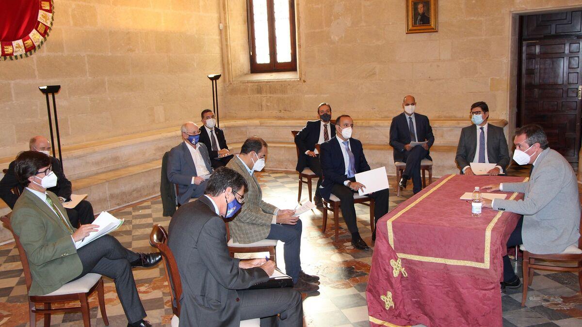 Reunión del alcalde con los participantes en la plataforma público-privada para la financiación europea.
