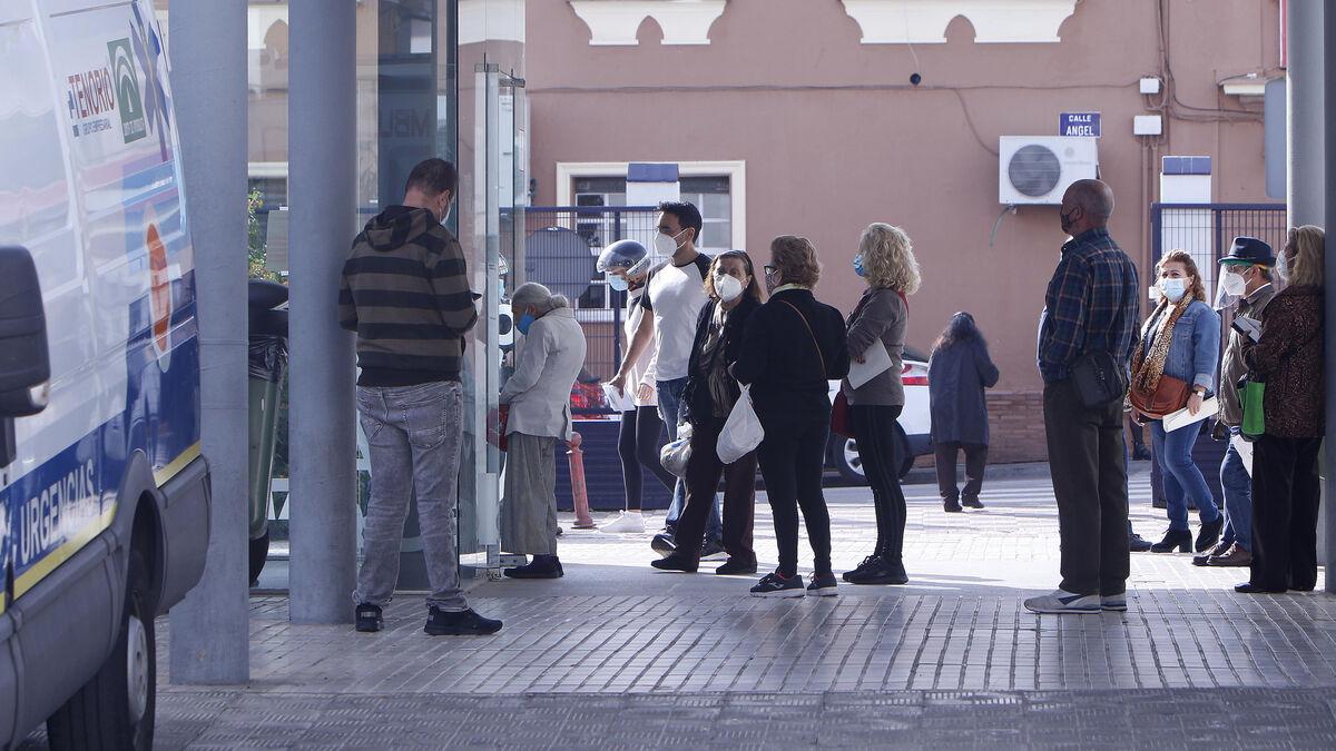 Colas de pacientes a las puertas del centro de salud de Camas, uno de los más saturados por el cierre de los ambulatorios de los barrios Coca de la Piñera, La Pañoleta y El Carambolo.