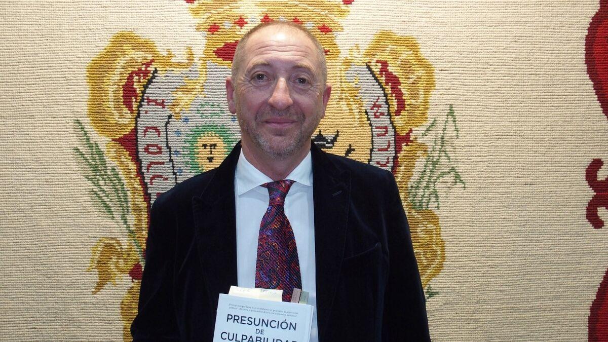 El abogado Francisco Barrionuevo, con el libro.