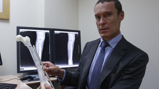 El doctor Francisco Javier Downey, en su consulta en Quironsalud Sagrado Corazón-IHP.