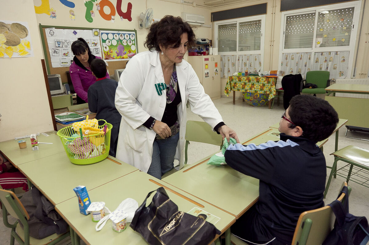 Varias profesionales trabajan en un colegio de EE.