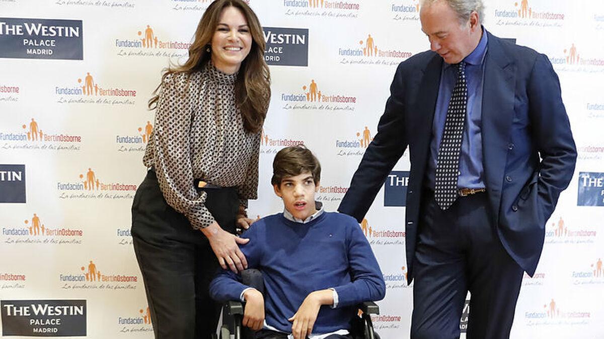 El ex matrimonio con su hijo mayor, Kike, que sufre parálisis cerebral.