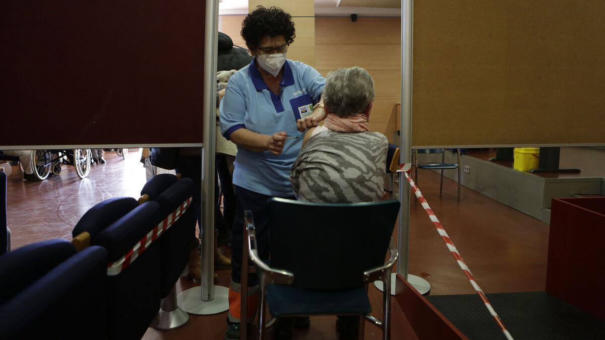 """Andalucía ha vacunado ya con alguna dosis al 49% de los mayores de 80 años y pide """"paciencia"""" para el resto"""