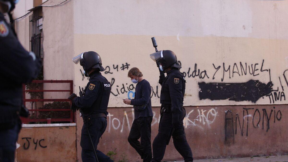 Antidisturbios desplegados por el Polígono Norte.