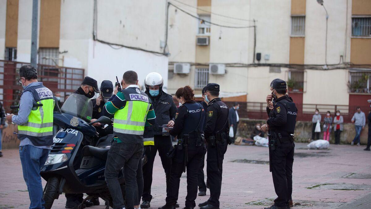 Policías de distintas unidades, durante la operación.