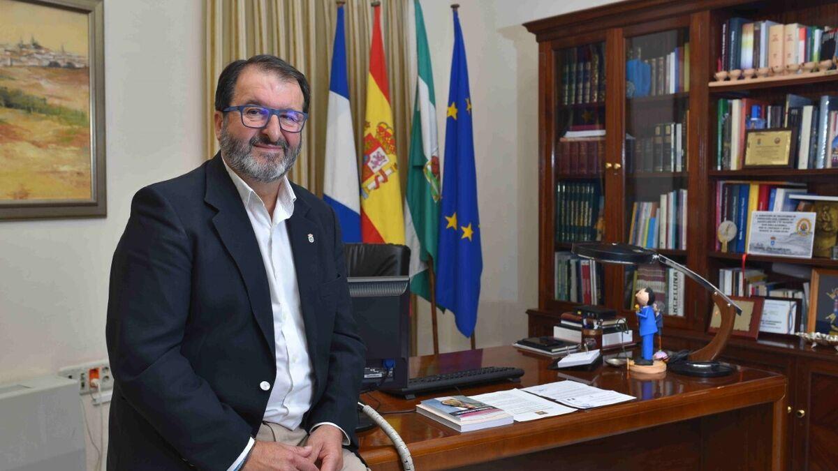 El alcalde de Carmona se perfila como candidato alternativo a la presidencia del PP de Sevilla