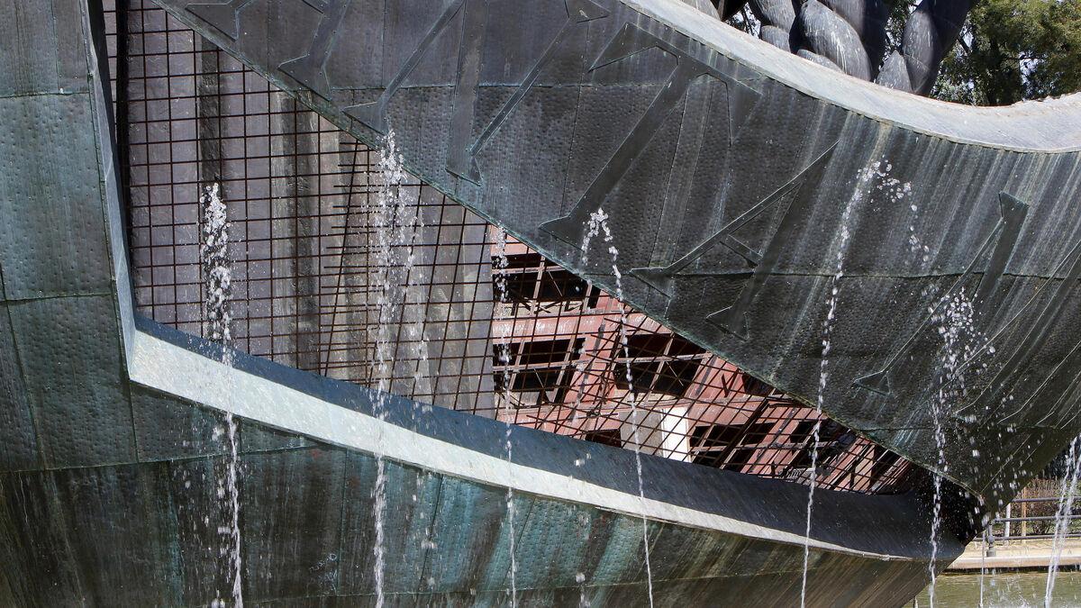Detalle de los daños en el monumento.