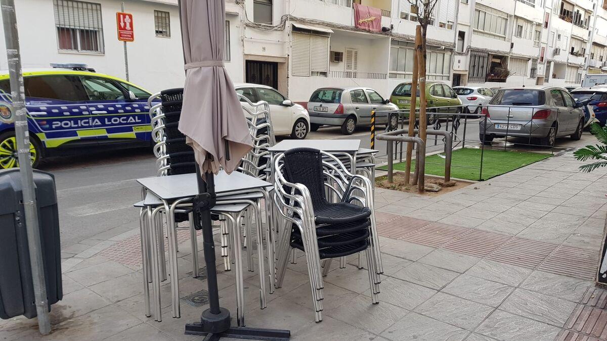 Mesas y sillas apiladas en el negocio de Los Remedios.