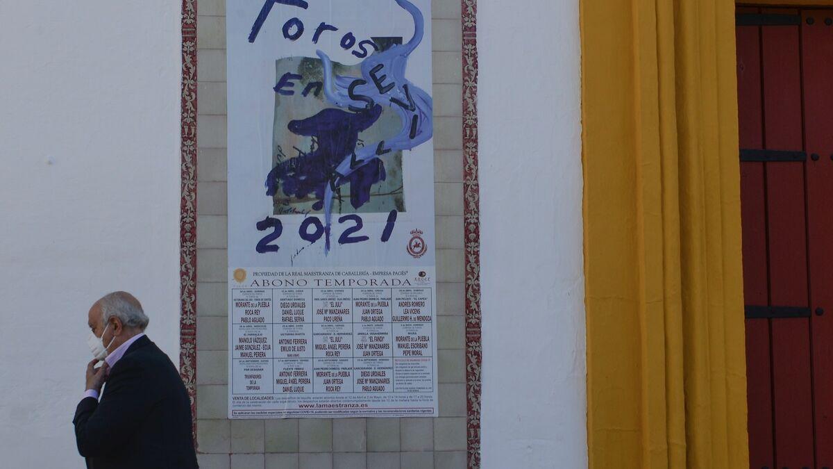 Ramón Valencia pasa delante del cartel de los festejos que ha programado su empresa.