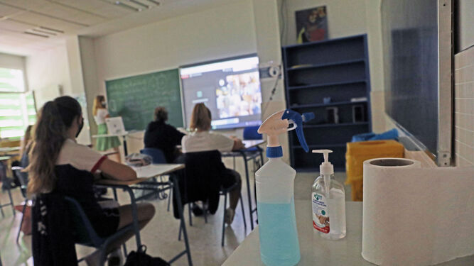 Um professor dá uma aula sobre uma imagem de arquivo.
