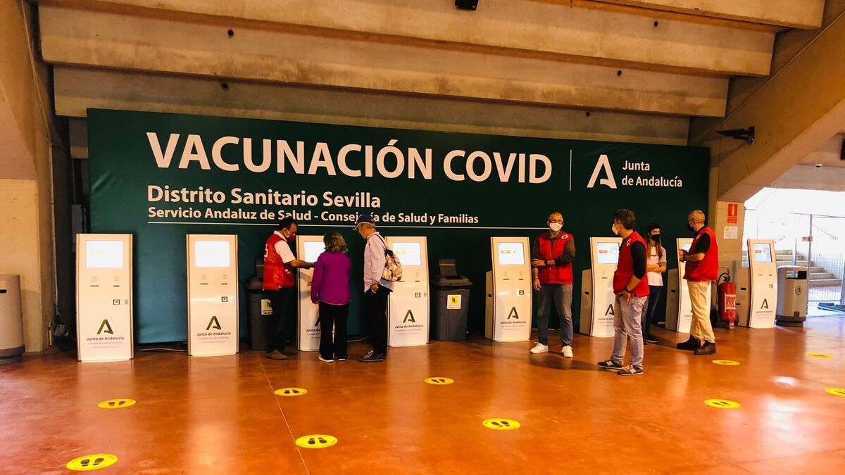Las máquinas dispuestas para los turnos para ser llamados para recibir la vacuna.
