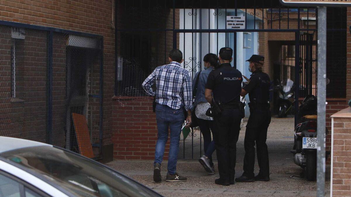Policías nacionales, en la puerta del bloque en el que han ocurrido los hechos.